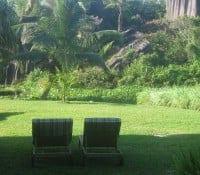 Zwei Liegestühle im Garten