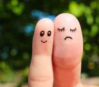 zwei Finger mit draufgemalten Gesichtern