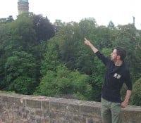 Ansgar zeigt auf eine Burg