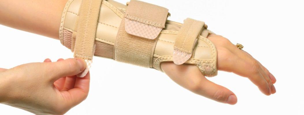entzündete Gelnke: Schiene am Handgelenk